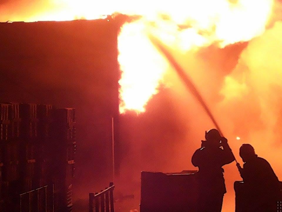 Ufficio In Fiamme : Maxi rogo in una ditta di materie plastiche: vigili del fuoco al