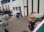 Blitz in un'azienda che produce mascherine, trovati operai irregolari e cataste di rifiuti. Denunciato il titolare
