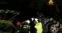 Auto esce di strada e finisce nella scarpata: un morto e tre feriti
