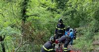 Si sente male mentre percorre un sentiero nel bosco: trasportata a piedi fino all'ambulanza