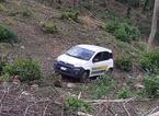Auto di Poste Italiane finisce nella scarpata, salva la portalettere che era appena uscita dall'abitacolo