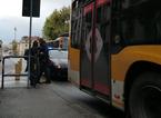 Senza biglietto scendono dal bus dopo aver azionato l'apertura d'emergenza