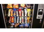 Calci al distributore automatico di snack per rubare qualche moneta, denunciato