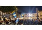 Gli ultras infiammano la piazza: cori, striscioni, bandiere e fumogeni colorati per festeggiare il nuovo Prato