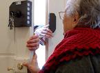 """Chiede offerte porta a porta spacciandosi per incaricata della Caritas: """"E' una truffa"""""""