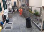 Carmignano, a Poggio alla Malva spazzamento manuale per tenere pulite le strade del borgo