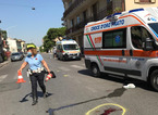 Travolto da un'auto mentre attraversa la strada: grave un anziano di 83 anni