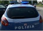 Improvvisa spogliarello in strada davanti ai poliziotti e resta completamente nudo