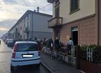 Decine di anziani in fila sul marciapiede (e senza distanziamento) per il vaccino antinfluenzale