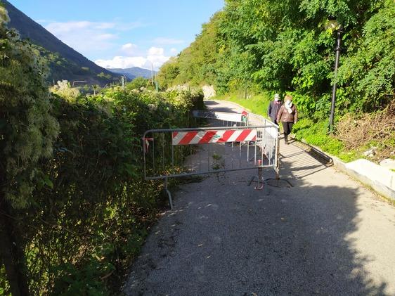 """Strada chiusa da tre mesi, la rabbia dei residenti """"Allunghiamo il percorso di trenta minuti"""""""