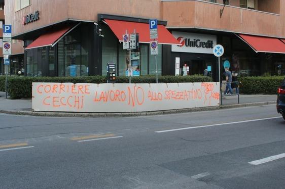 Protestano davanti alla sede Inps gli autisti della Cecchi sostenuti da Fao Cobas