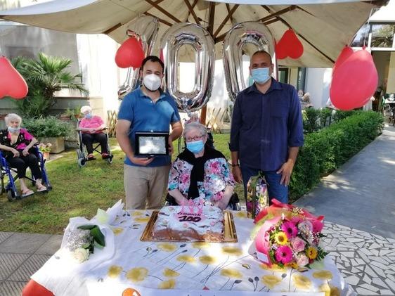 Nonna Fernanda spegne le sue prime 100 candeline: festa grande a Villa Serena