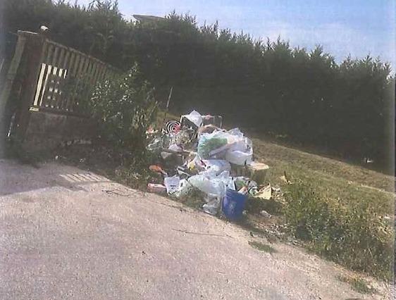Abbandona i rifiuti in strada ma viene ripreso da una telecamera: multato