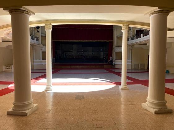 Via le poltrone, la platea del teatro Politeama diventa uno spazio polivalente