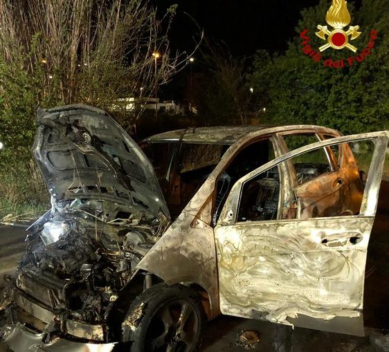 Ancora fiamme a Paperino: distrutta dal fuoco una Classe A abbandonata in via Lille