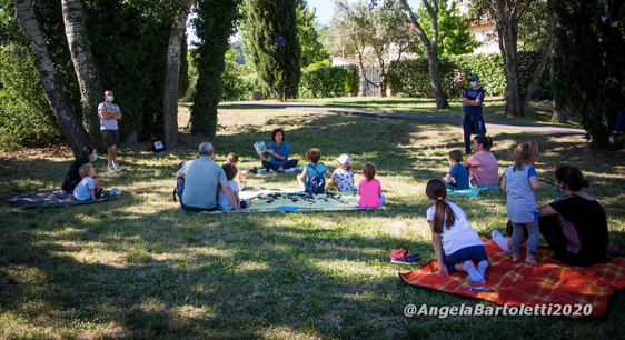 """""""Prati nelle storie"""", la maestra Francesca legge libri nel parco: """"I bambini meritano questa normalità"""""""