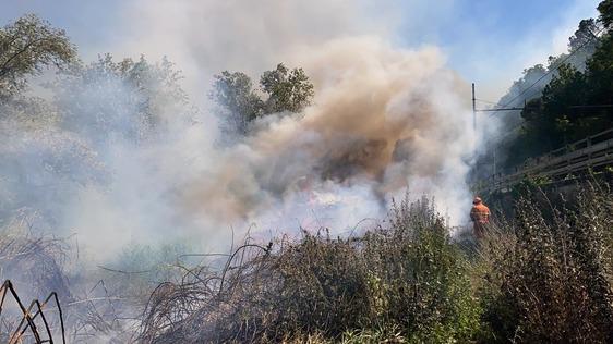 Incendio a Poggio alla Malva, interviene anche l'elicottero per domare le fiamme