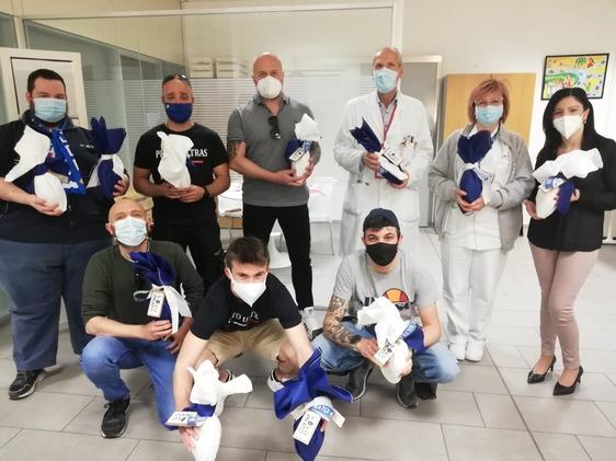 Gli ultras del Prato portano Uova alla Pediatria, i Lions donano apparecchio per la riabilitazione post Covid