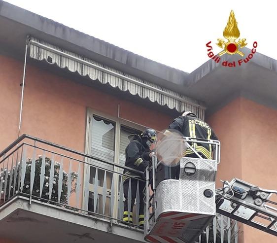 Incendio in un appartamento: cinque persone al pronto soccorso per intossicazione