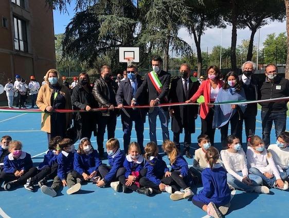 Nuova vita per il giardino della scuola De Andrè, inaugurati l'aula verde e il playground