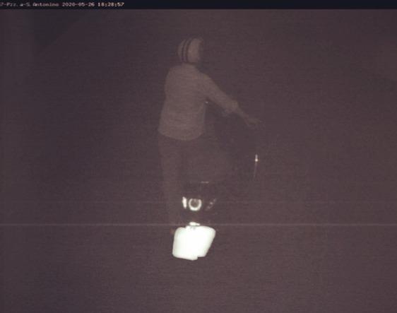 Entra nella ztl a piedi spingendo lo scooter spento ma viene multato comunque
