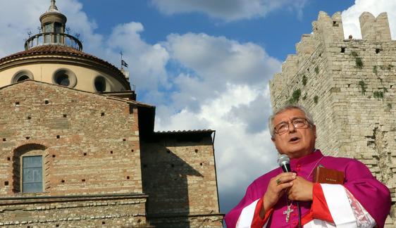 Il vescovo celebra la messa in piazza delle Carceri. Prima domenica con le funzioni aperte ai fedeli