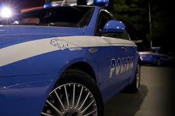Usa la bici come un'arma contro la polizia: arrestato