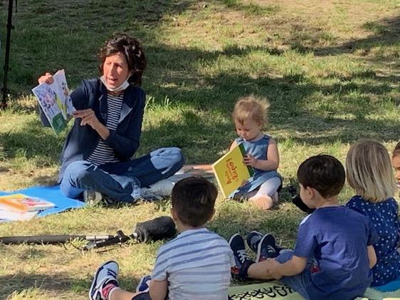 La maestra Francesca non è più sola, la lettura all'aria aperta per i bambini diventa contagiosa