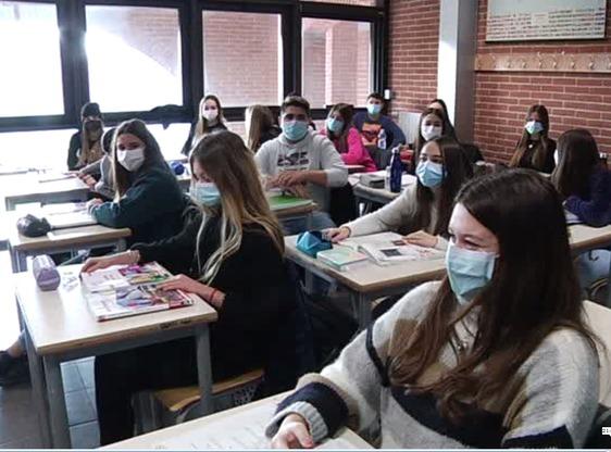 """Rientro in classe per gli studenti delle superiori: """"Felici di tornare, speriamo di poterci restare"""""""