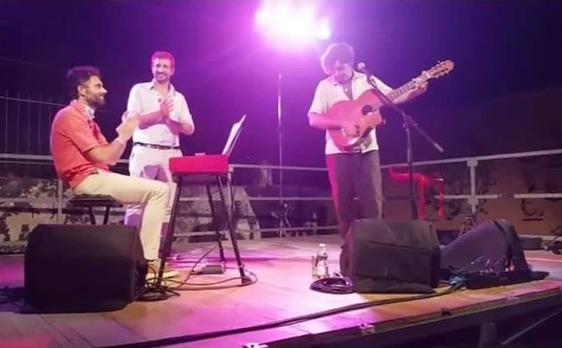 """Biffoni e Ciolini sul palco con Bobo Rondelli. M5S e centrodestra: """"Gravissima scorrettezza"""""""