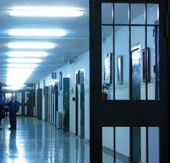 Incendio in carcere con sette agenti feriti, detenuto sotto inchiesta