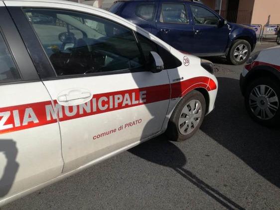 Colpisce auto in sosta e fugge, ma la Municipale lo rintraccia grazie al sistema di videosorveglianza