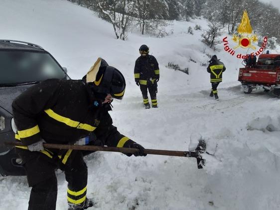 Auto intrappolata dalla neve a Cavarzano, intervengono i vigili del fuoco