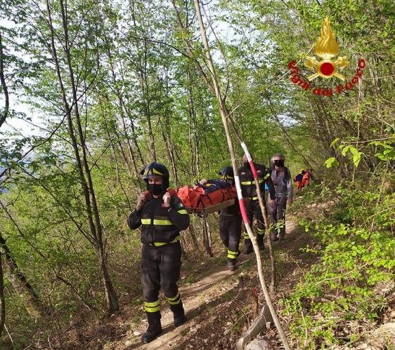 I vigili del fuoco e il Soccorso alpino recuperano escursionista caduta su un sentiero della Calvana