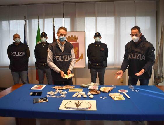 Sequestrati dalla polizia 750 grammi di cocaina e 80mila euro a due incensurati