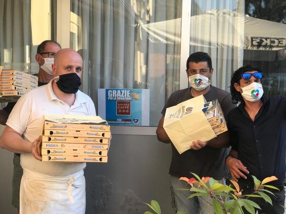 Gara di solidarietà tra pizzerie, sfornate oltre duemila pizze tricolori per le famiglie in difficoltà
