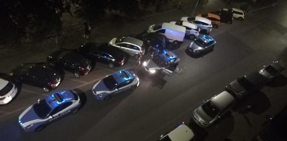Litiga in strada con una donna poi aggredisce e ferisce i poliziotti, arrestato