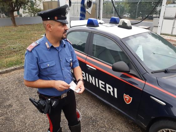 Si presenta dai carabinieri con un documento falso per denunciare lo smarrimento del bancomat