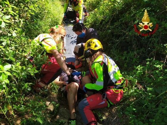 Rovinosa caduta nel bosco, ciclista soccorso e trasportato in ospedale con l'elicottero Pegaso