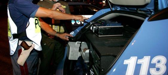 Guida con un tasso alcolemico quattro volte sopra il massimo: via la patente e l'auto
