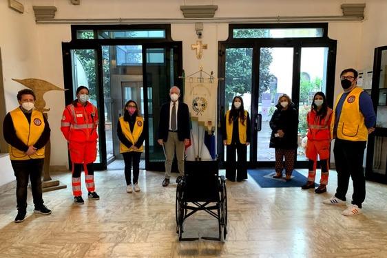 Sette sedie a rotelle e un saturimetro donati alla Pubblica Assistenza